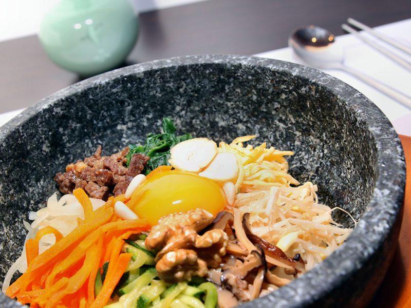 Dolsot bibimbap (돌솥비빔밥): riso con verdure e carne servito in una ciotola di pietra calda